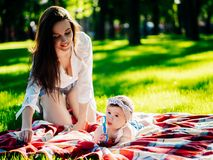 Mutter mit Baby an im Freien lizenzfreie stockfotografie
