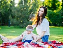 Mutter mit Baby an im Freien stockfotografie