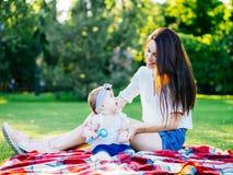 Mutter mit Baby an im Freien stockbilder