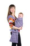 Mutter mit Baby im Riemen lizenzfreies stockfoto