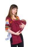 Mutter mit Baby im Riemen stockfoto