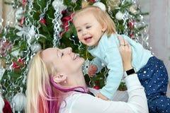 Mutter mit Baby vor Weihnachtsbaum Weihnachtsfamilien-Porträt stockbild