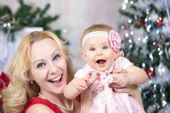 Mutter mit Baby vor Weihnachtsbaum Weihnachtsfamilien-Porträt lizenzfreie stockbilder