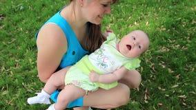 Mutter mit Babytochter stock video