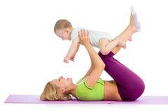 Mutter mit dem Baby, das Eignungsübungen tut Lizenzfreie Stockfotografie