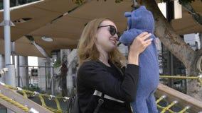 Mutter mit dem Baby in den Händen sprechend mit neugeborenem Kind am Spielplatz stockbilder