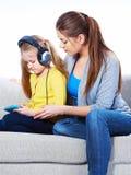 Mutter mit dem Kind, das Hausaufgaben lernt Lizenzfreies Stockfoto