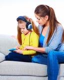 Mutter mit dem Kind, das Hausaufgaben lernt Lizenzfreie Stockfotografie