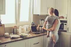 Mutter mit dem Kind, das zusammen kocht Stockfoto