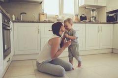 Mutter mit dem Kind, das zusammen kocht Stockbilder