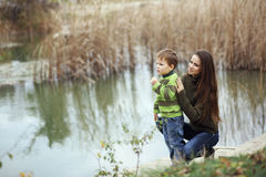 Mutter mit dem Kind im Freien Lizenzfreies Stockfoto