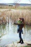 Mutter mit dem Kind im Freien Lizenzfreies Stockbild