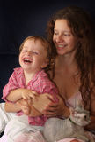 Mutter mit dem Kindlachen Lizenzfreies Stockfoto