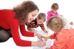 Mutter mit dem Kindzeichnen Lizenzfreie Stockfotografie