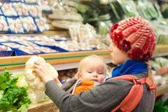 Mutter mit dem Mädcheneinkaufen Stockfoto