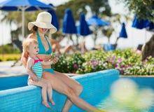 Mutter mit dem Schätzchen, das Pool genießt Lizenzfreies Stockbild