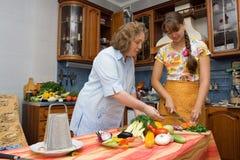 Mutter mit dem Tochterkochen Lizenzfreies Stockbild