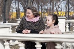Mutter mit dem Tochterweg im Park Lizenzfreie Stockbilder