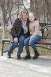 Mutter mit dem Tochterweg im Park Lizenzfreie Stockfotografie