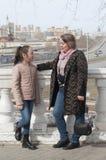 Mutter mit dem Tochterweg im Park stockbild