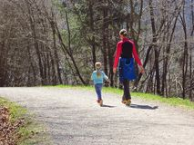 Mutter mit den Kindern, die im Wald wandern lizenzfreie stockfotos