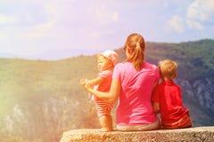 Mutter mit den Kindern, die Rest in den szenischen Bergen haben Stockbild