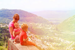 Mutter mit den Kindern, die Rest in den szenischen Bergen haben Stockfoto