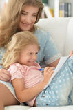Mutter mit der Tochter, die einen Brief schreibt Stockfoto