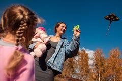 Mutter mit Drachen lizenzfreie stockfotografie