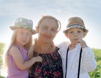 Mutter mit einem jungen Mädchen und einem Jungen Stockfotografie