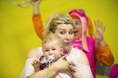 Mutter mit einem Kind, das Spaß hat stockbilder