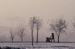 Mutter mit einem Kind im Nebel Stockbild