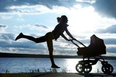 Mutter mit einem Spaziergänger Stockbilder