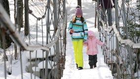 Mutter mit einer dreijährigen Tochter verschieben an Brücke stock footage