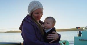 Mutter mit ihrem Baby, das auf Motorboot 4k reist stock video