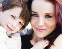 Mutter mit ihrem jungen kleinen Jungen stockbild