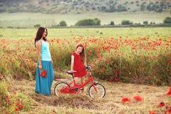 Mutter mit ihrem Kind auf Fahrrad Stockbilder