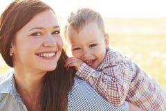 Mutter mit ihrem Kind im Sonnenlicht Stockbild