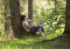 Mutter mit ihrem Kleinkindbaby in der Natur stockfoto