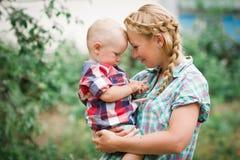 Mutter mit ihrem littl Baby lizenzfreies stockfoto