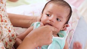 Mutter mit ihrem neugeborenen Baby stock video