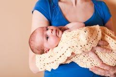 Mutter mit ihrem neugeborenen Schätzchen stockbilder