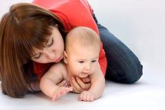 Mutter mit ihrem Schätzchen lizenzfreies stockbild