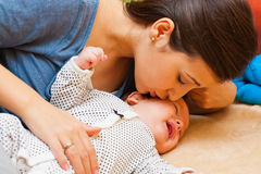 Mutter mit ihrem schreienden Baby lizenzfreie stockbilder