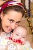 Mutter mit ihrem snotty Sohn Stockfotos