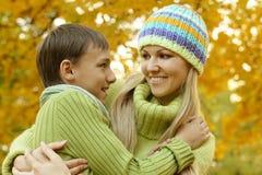 Mutter mit ihrem Sohn Stockbild