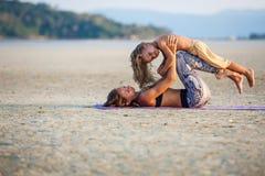 Mutter mit ihrem Sohn, der Yoga tut Lizenzfreies Stockfoto