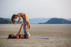 Mutter mit ihrem Sohn, der Yoga tut Stockfoto