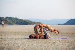 Mutter mit ihrem Sohn, der Yoga tut Lizenzfreie Stockfotografie