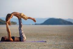 Mutter mit ihrem Sohn, der Yoga tut Lizenzfreie Stockbilder